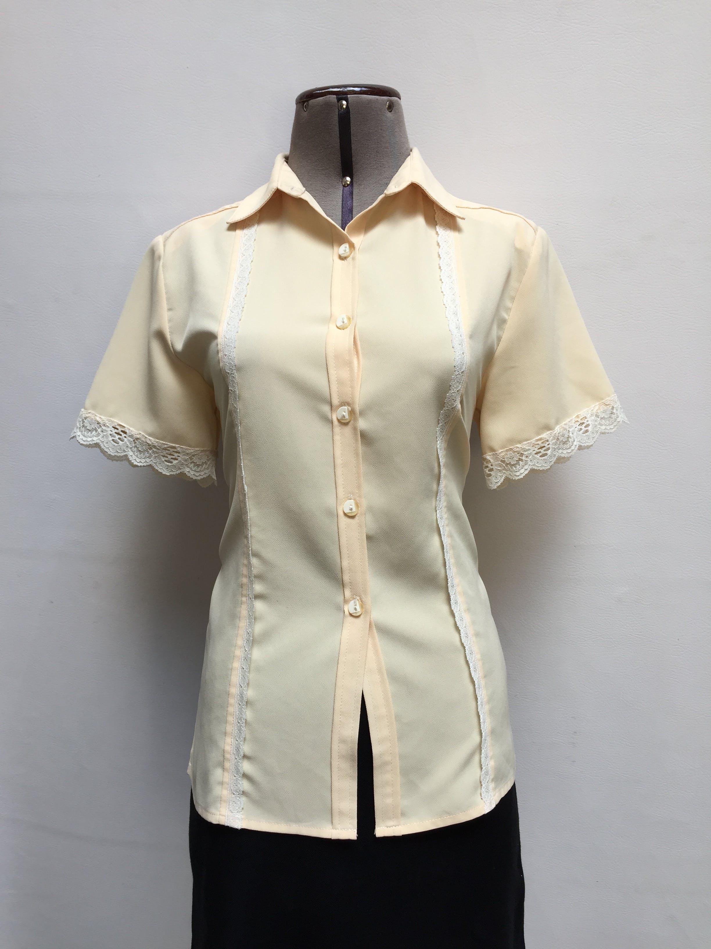 Blusa vintage amarillo pálido, con blondas en pecho y mangas, camisera abotonada Talla M